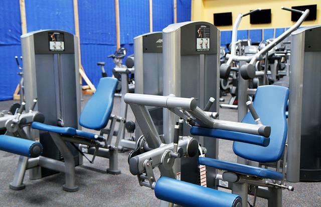 Appareils de musculation dans une salle de sport